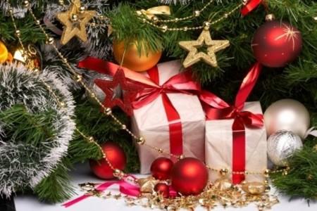 des-cadeaux-au-pied-du-sapin-de-noel